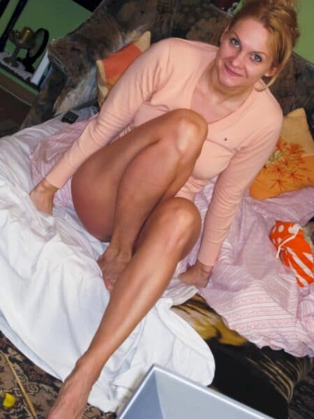 Femme infidèle sexy docile pour gars directif disponible